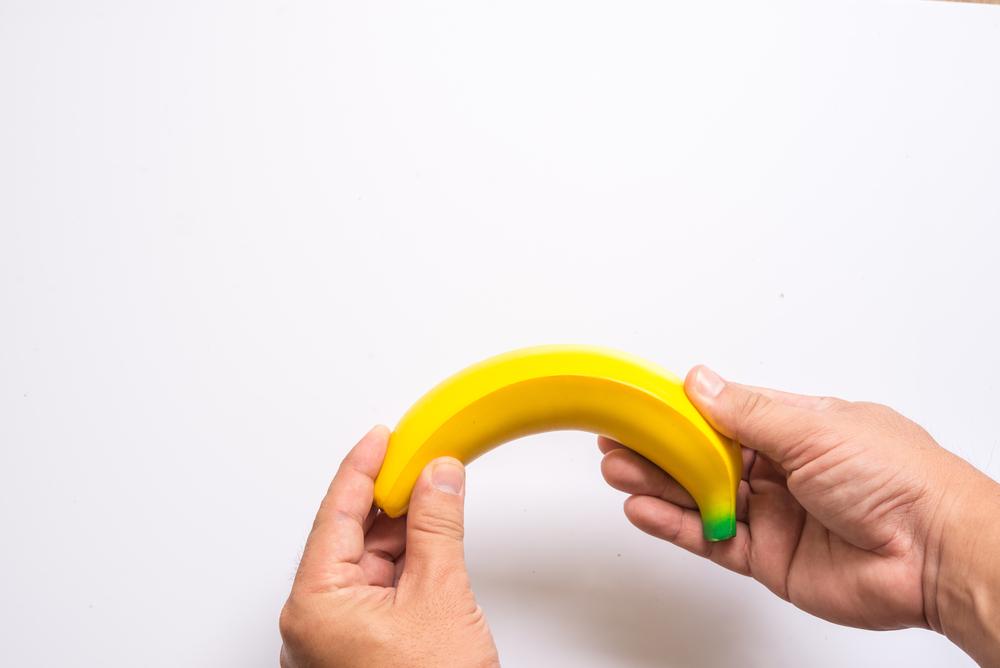 egy orvos megvizsgálja a férfi péniszét