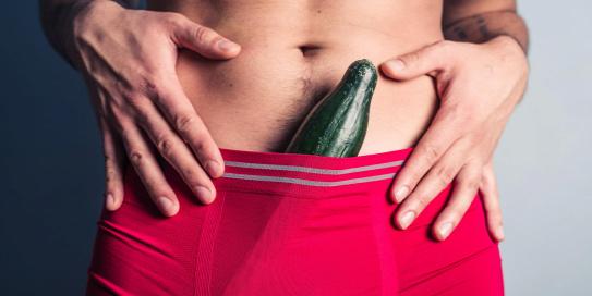 egy férfi beilleszti a péniszét egy nőbe